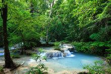 Kleine waterval in bos