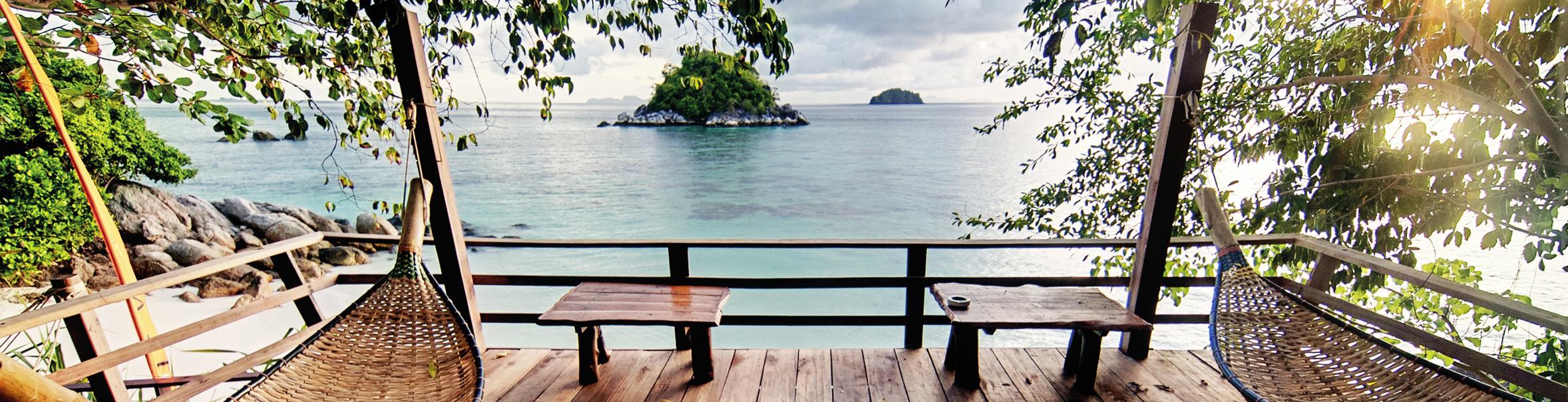 tuinposter houten vlonderterras uitzicht over zee