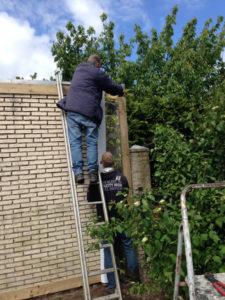 Bevestigen van houten raamwerk voor de tuinposter