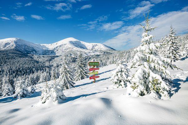 kerstdorp achtergrond sneeuwlandschap richtingaanwijzer Noordpool