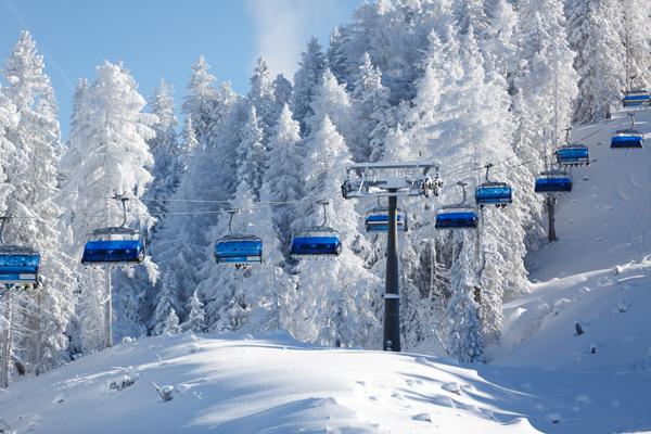kerstdorp achtergrond Winterlandschap blauwe skilift
