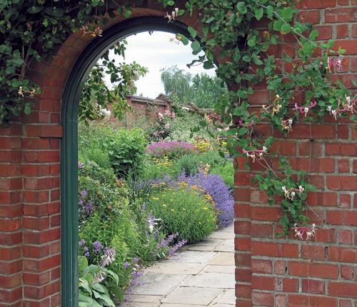 tuinposter doorkijk poort kasteeltuin rode stenen