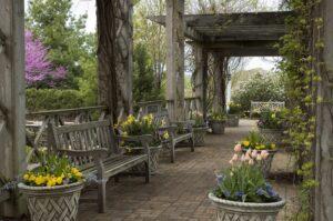 Zuilengalerij met bloemen