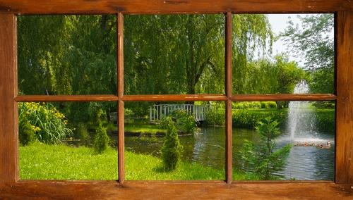 doorkijk door raam naar park