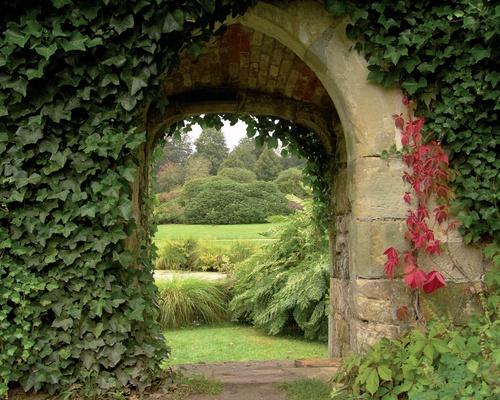 tuinposter doorkijk door stenen poort