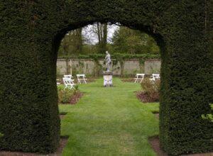 Tuinposter doorkijk beeldentuin
