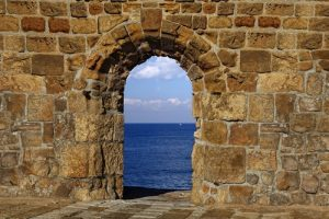 Doorkijk door rots naar oceaan