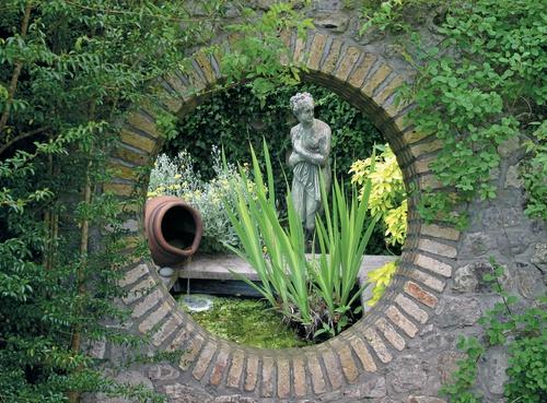 tuinposter met doorkijk vijver met standbeeld