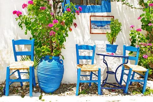Griekse tuinposter met Blauwe stoeltjes tegen witte muur