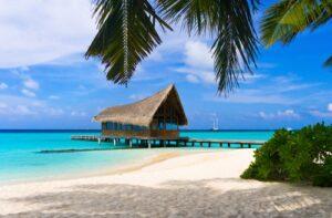 Steiger bij tropisch strand