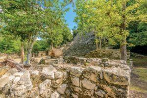 tuinposter mexicaanse patio met Maya piramide Coba