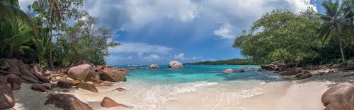 tuinposter tropisch strand met keien