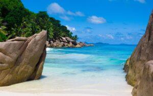 Strand tussen rotsen