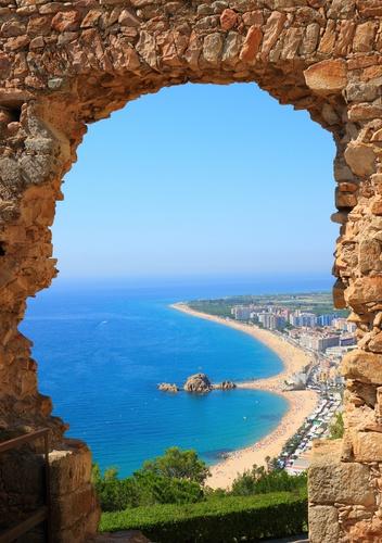 tuinposter doorkijk Spaans strand Blanes