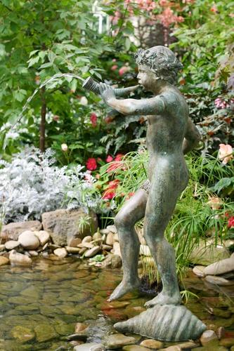 balkonposter met standbeeld in water
