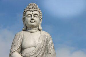 Grijze Boeddha met wolken lucht