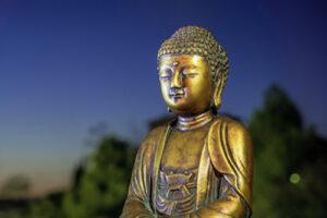 Gouden boeddha blauw en groene achtergrond