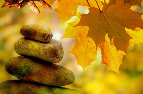 Boeddha poster opgestapelde stenen herfstbladeren