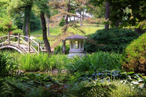 schuttingdoek parklandschap met houten brug