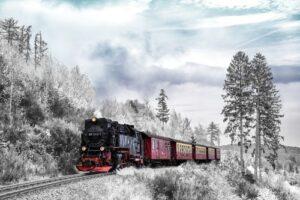 Rijdende trein winterlandschap