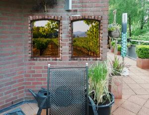 2 tuinposters 100x70 cm doorkijk rode stenen met wijngaard achtergrond en ringen
