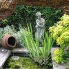Gat in rots vijver met tuinbeeld en kruik