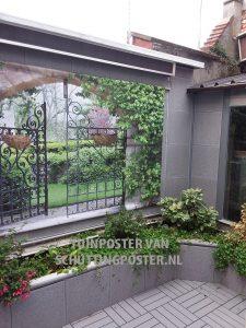 tuinposter ijzeren poort boven bloemenborder