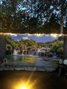 Tuinposter waterval met lichtjes