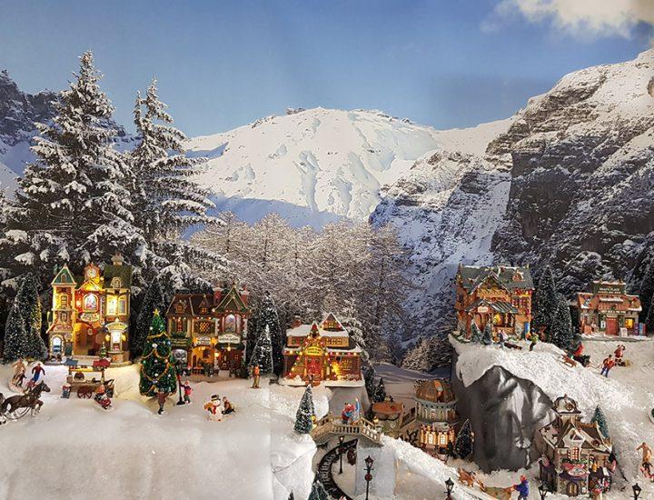 Winterlandschap achter kerstdorp met 2 niveaus