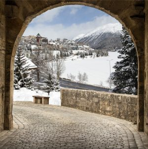 Winter tuinposter doorkijk St. Moritz - 160x160 cm - omgezoomd en ringen volgens opgave