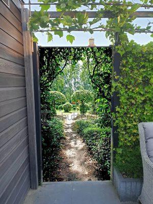 Tuinposter doorkijk door heg dubbelzijdig met hedera - 192x100 cm - ringen aan onderzijde