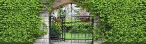 Tuinposter ijzeren poort 180x590 cm - ringen om de 30 cm - elastieken voor bovenkant en zijkanten